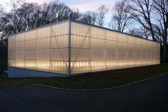 translucent wall for recreation - EXTECH's LIGHTWALL for the Lurie Tennis Enclosure in Wynnewood, PA